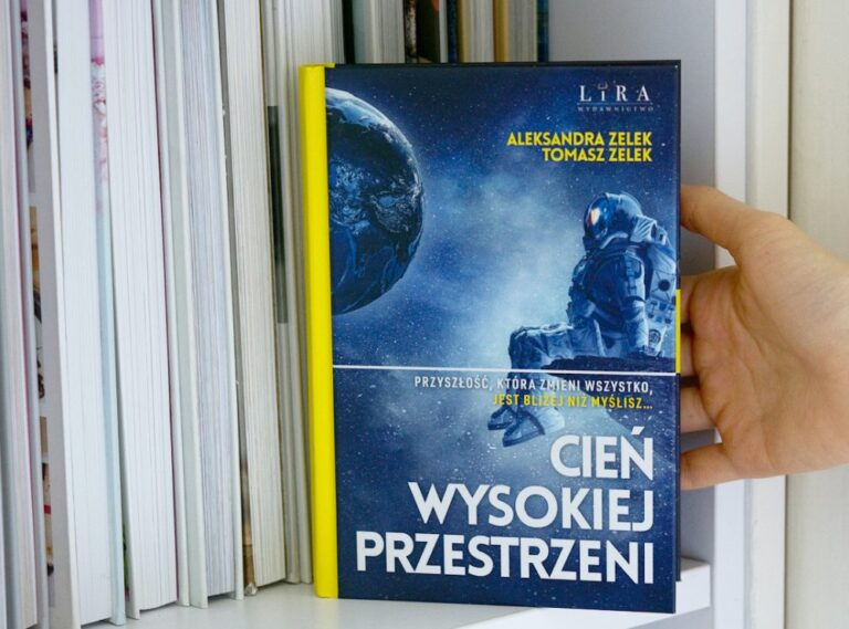 """Wybierz się w niezwykłą podróż. Przeczytaj książkę """"Cień wysokiej przestrzeni""""!"""